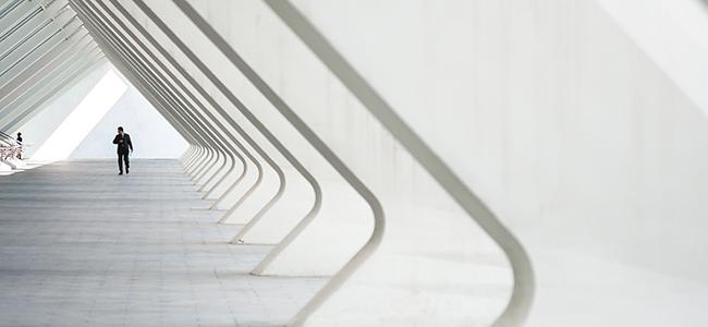 Foto van een doorkijk in een gallerij met pilaren - Maria Menger